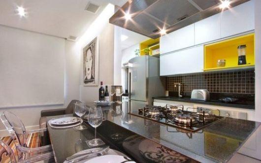 cozinha branca e amarela