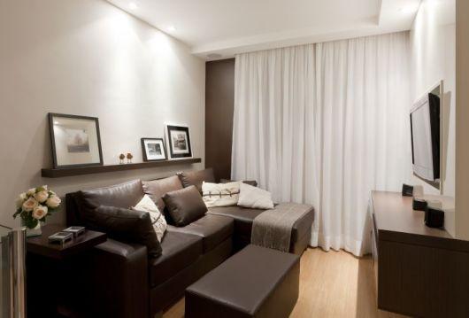 sala pequena com sofá de couro