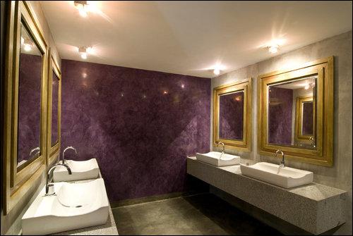banheiro com parede marmorato