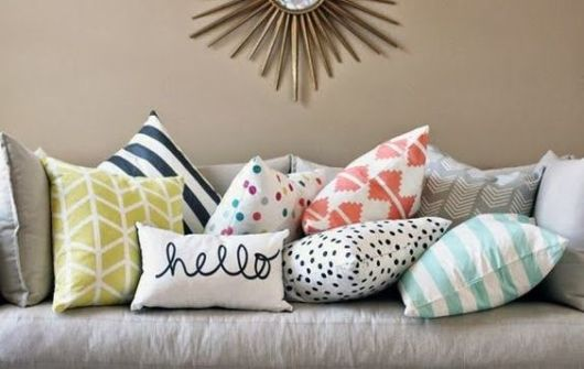 almofadas coloridas com estampa