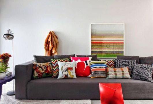 almofadas coloridas sofá cinza