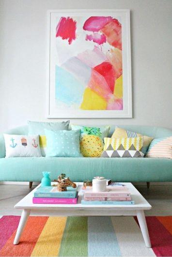 almofadas coloridas sofá verde