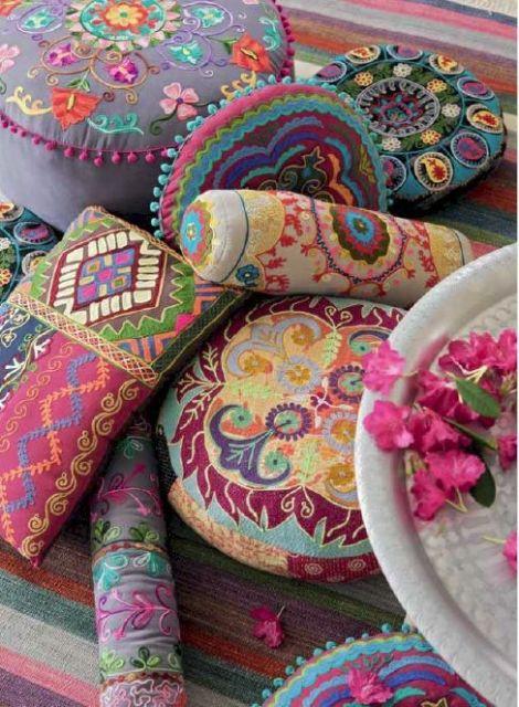 almofadas estampadas coloridas
