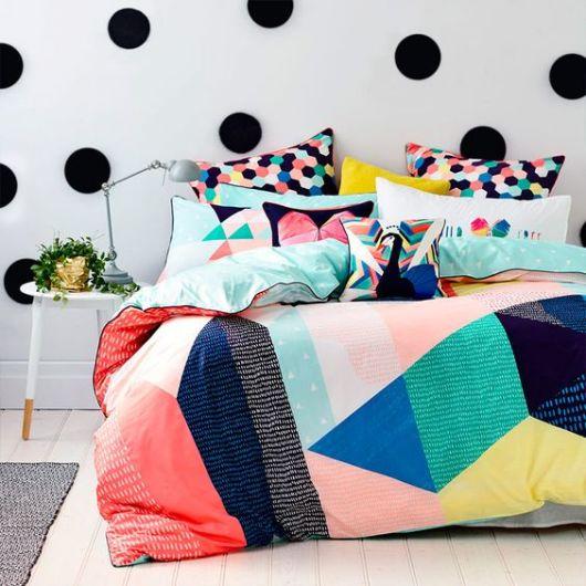 almofadas estampadas na cama