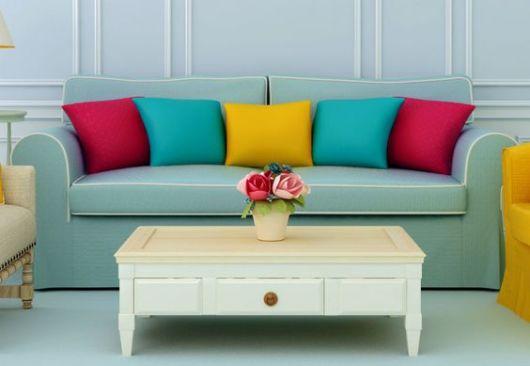 almofadas lisas no sofá