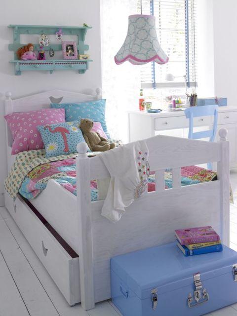 almofadas na cama infantil