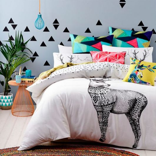 almofadas na cama quarto
