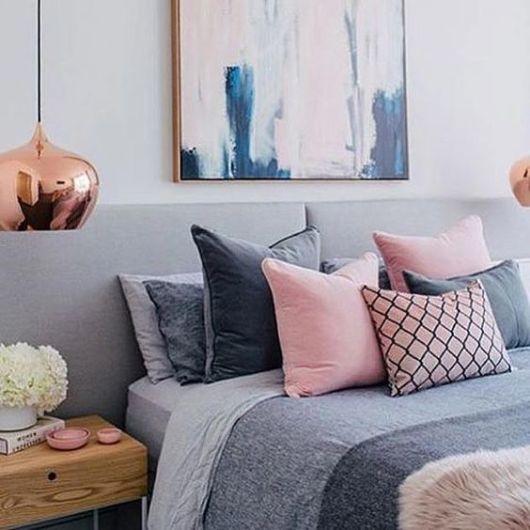 almofadas na cama rosa