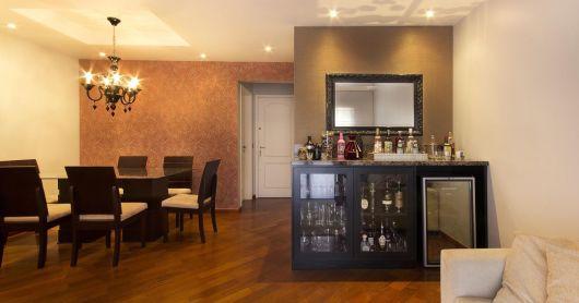 Sala Pequena Com Barzinho Moderno ~ Setorize usar bandejas e prateleiras pode ser uma ótima aposta para