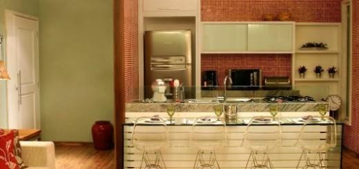 Nas paredes da cozinha, revestimento com pastilhas vermelhas