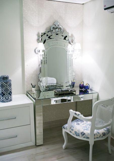 espelho veneziano na penteadeira poltrona