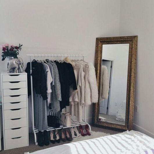 espelho veneziano no quarto arara