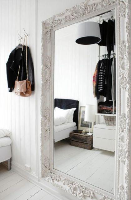 espelho veneziano no quarto branco