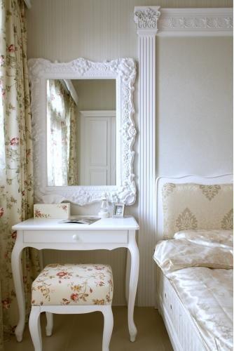 espelho veneziano no quarto criado mudo branco
