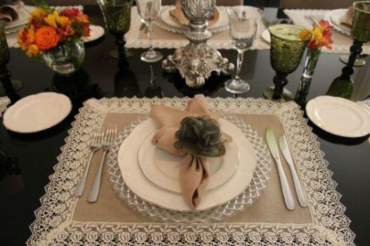mesa com louças brancas