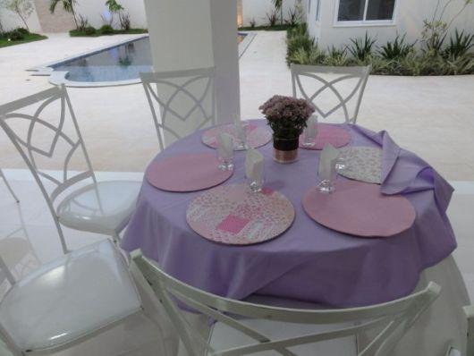mesa decorada lilás