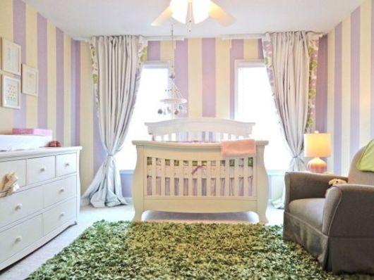 Papel de parede para quarto de bebê lilás com creme