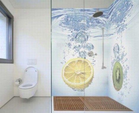 Banheiro com revestimentos brancos