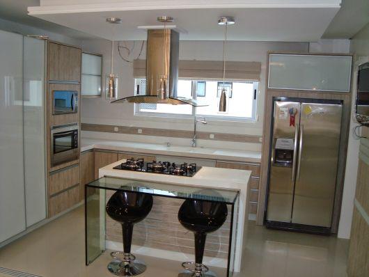 bancada de cozinha com ilha branca