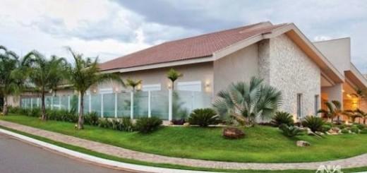 Casa com muro de vidro jateado