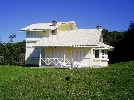 Casa de madeira com telhado claro