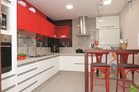 Cozinha branca e vermelha