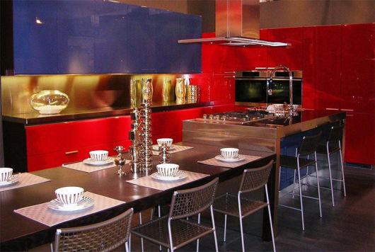 Cozinha azul e vermelha