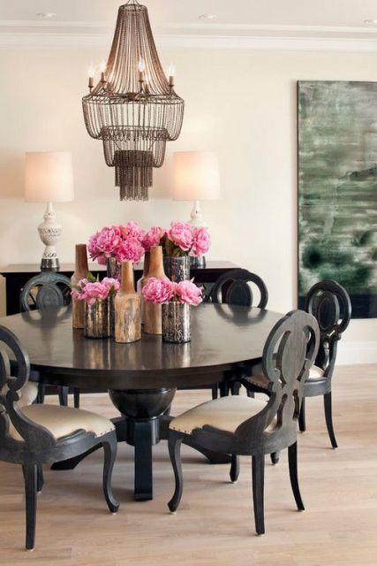 fotos de mesa de jantar redonda com flores