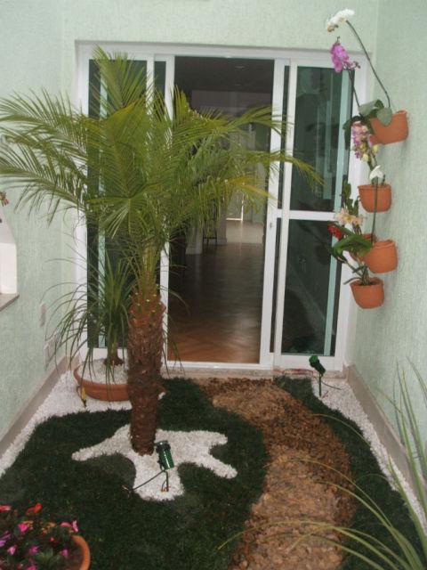Vasos de parede com orquídeas decoram o jardim de inverno