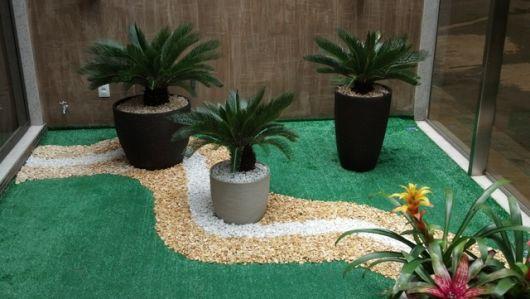jardim decorado com vasos e pedras