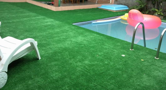 jardim pequeno com piscina