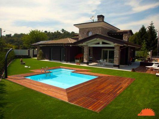 piscina com deck madeira