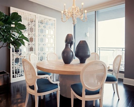 mesa de jantar redonda de madeira bonita