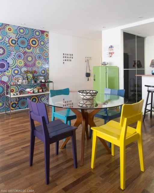 mesa de jantar redonda de vidro cadeiras coloridas