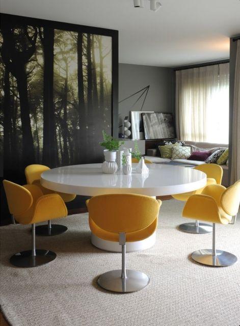mesa de jantar redonda laqueada com cadeira amarela