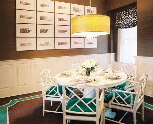 mesa de jantar redonda laqueada com cadeiras em bambu