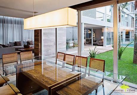 sala de jantar com porta de vidro