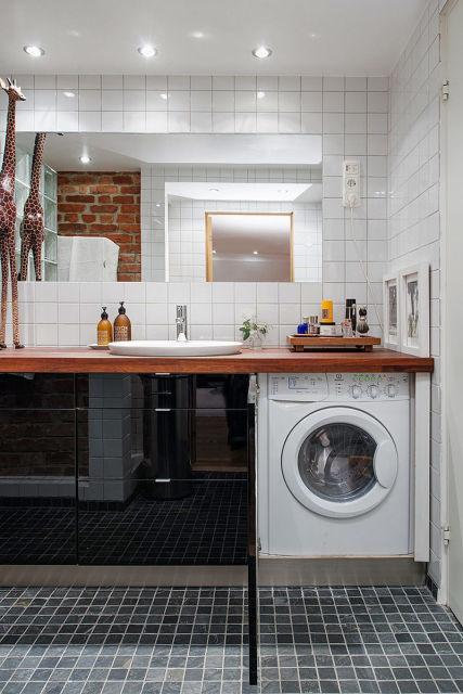 Máquina de lavar no banheiro