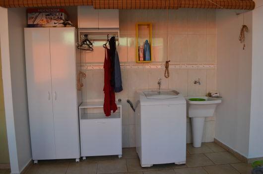 Lavanderia simples com armários