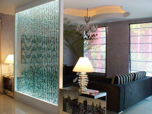 parede de vidro com água na sala