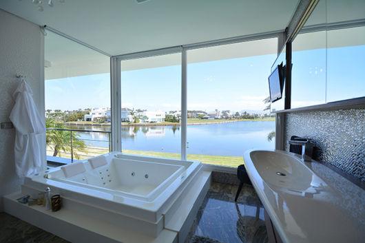 parede de vidro no banheiro vista bonita