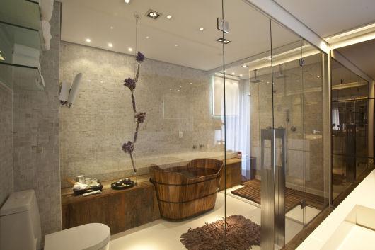 parede de vidro no banheiro