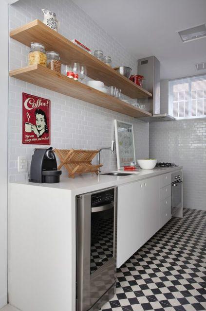 Cozinha com prateleiras