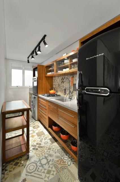 Geladeira preta cozinha