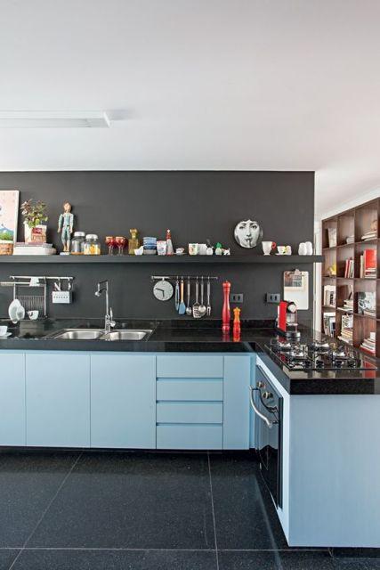 A parede preta cria um ponto de destaque para os objetos decorativos