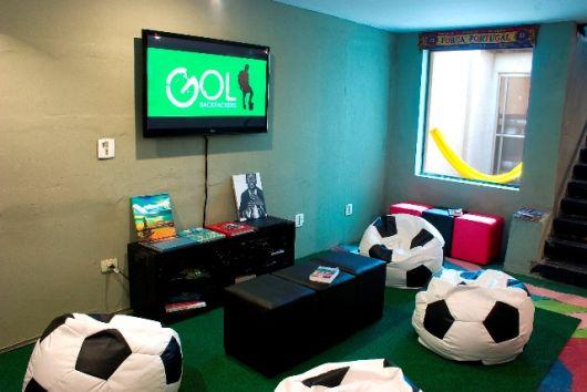 sala de jogos bonita com puffs