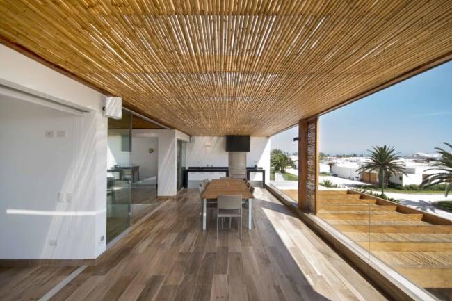 Casa luxuosa com cobertura de bambu
