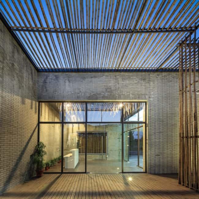 Casa moderna com pergolado de bambu