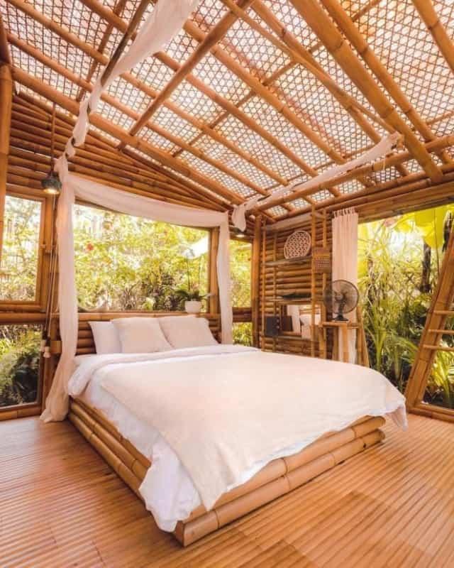 Pergola de bambu com cortinas brancas