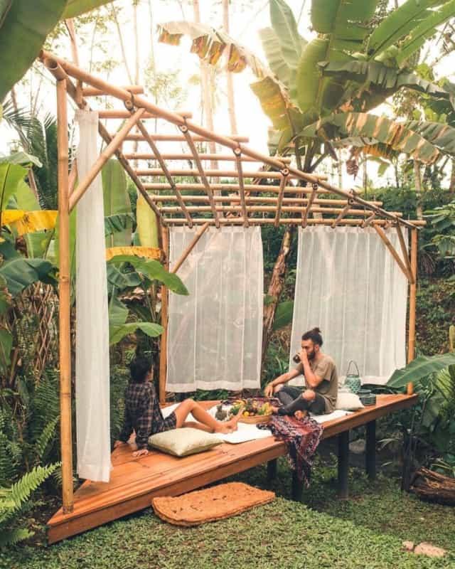 Pergola de bambu diferente triangular com cortinas de voil